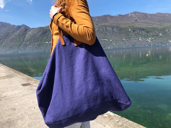 Cabas Lino bleu indigo en lin français et cuir tanné végétal porté